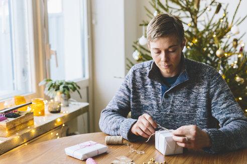 Man wrapping christmas gifts - FOLF03643