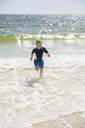 Little boy with scuba mask running against sea - FOLF03904