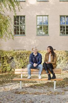 Portrait of teenage friends in park - FOLF04096