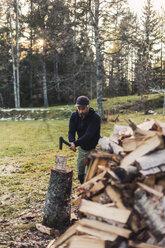 Man splitting fire wood - FOLF04774