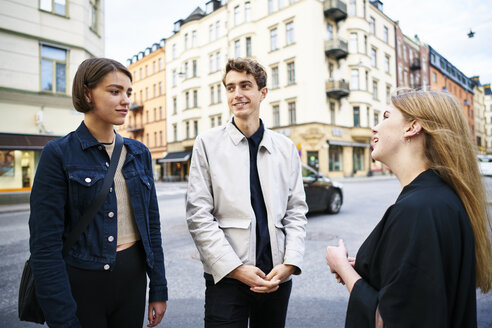 Young people talking in street - FOLF06099