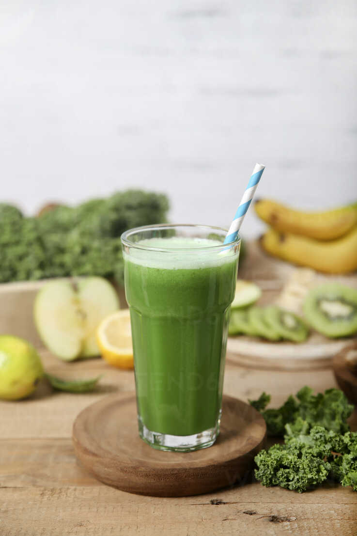 Green smoothie surrounded by ingredients - RTBF01126 - Retales Botijero/Westend61
