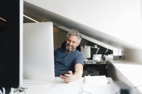 Man at an office desk - FOLF06253