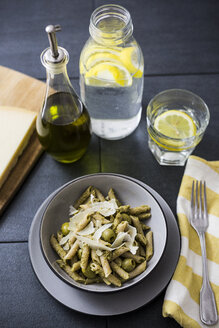 Whole-grain noodles with green pesto and olives - GIOF03874