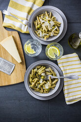Whole-grain noodles with green pesto and olives - GIOF03877