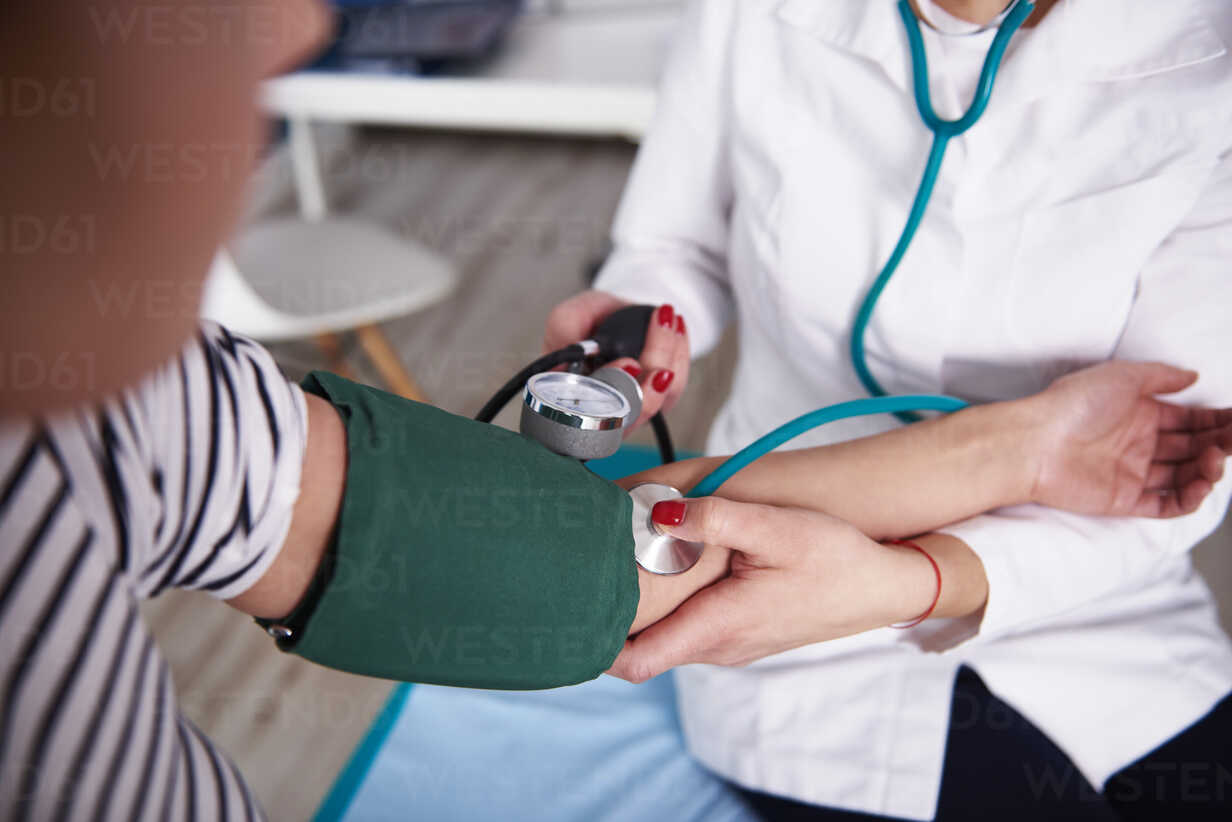Doctor taking  blood pressure of woman in medical practice - ABIF00223 - gpointstudio/Westend61