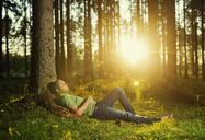 Man sleeping in spruce forest - FOLF06801