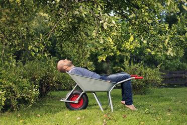 Man relaxing in wheelbarrow - FOLF06804