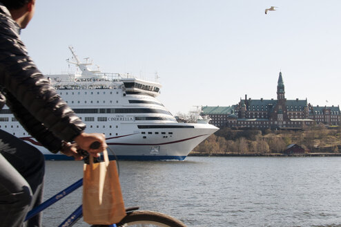 Man riding bike and looking at ferry - FOLF08019