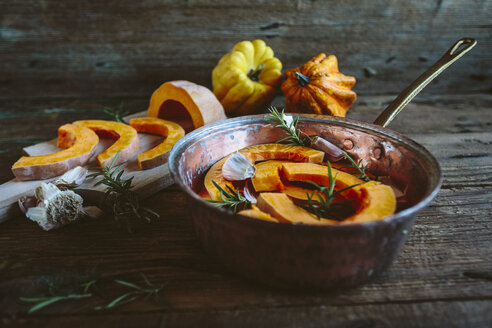 Pumpkin slices, garlic and rosemary  in casserolle - GIOF03900