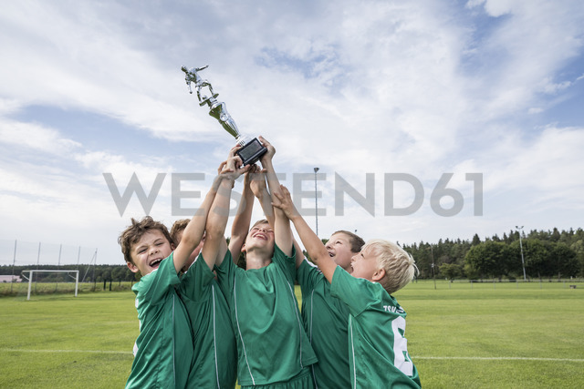 Young football players cheering with cup - WESTF24034 - Fotoagentur WESTEND61/Westend61