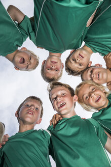 Happy young football players huddling - WESTF24037