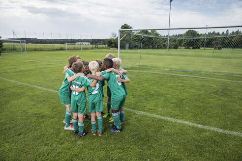 Germany, young football team huddling - WEST24068