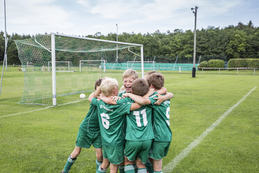 Germany, young football players cheering together - WEST24071