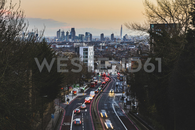 UK, London, panoramic view of the city with busy street on foreground at sunset - WPEF00147