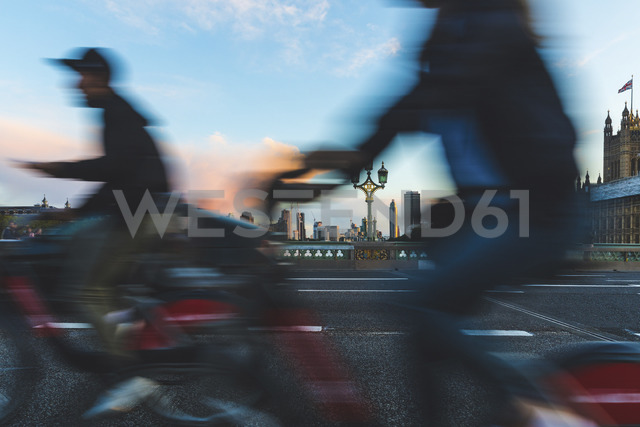 UK, London, people using rental bikes on Westminster bridge - WPEF00150