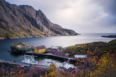 Norway, Lofoten Islands, Nusfjord, houses at the coast - WVF00955