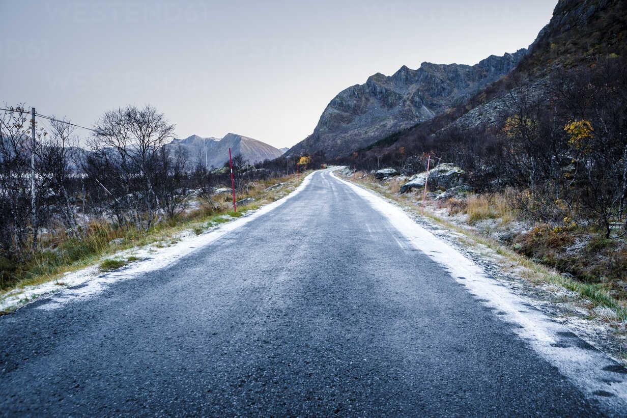 Norway, Lofoten Islands, empty country road - WVF01077 - Valentin Weinhäupl/Westend61