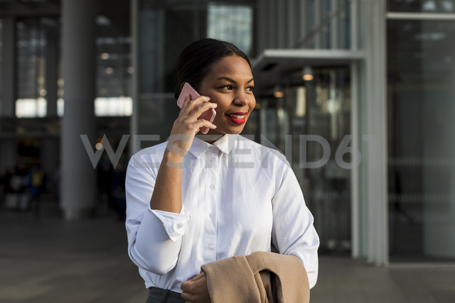 UK, London, portrait of smiling businesswoman on the phone - MAUF01373