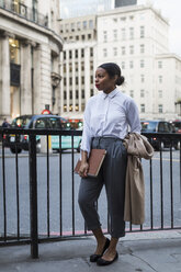 UK, London, fashionable businesswoman waiting on the street - MAUF01385