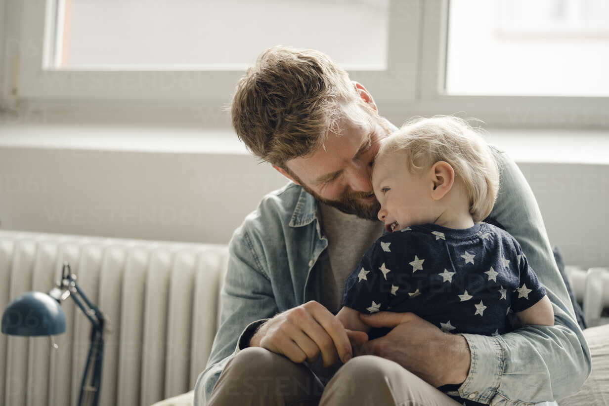 Father spending time with his son at home - KNSF03708 - Kniel Synnatzschke/Westend61