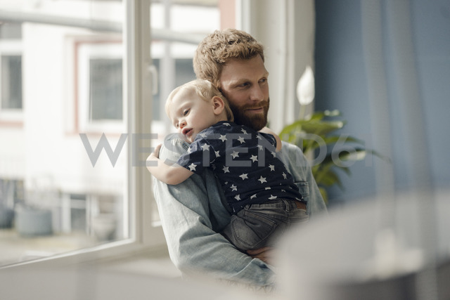 Father spending time with his son at home - KNSF03711 - Kniel Synnatzschke/Westend61
