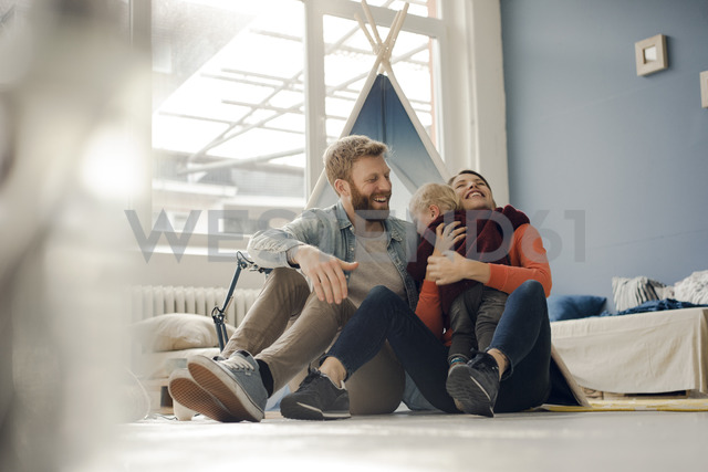 Happy family playing with their son at home - KNSF03744 - Kniel Synnatzschke/Westend61