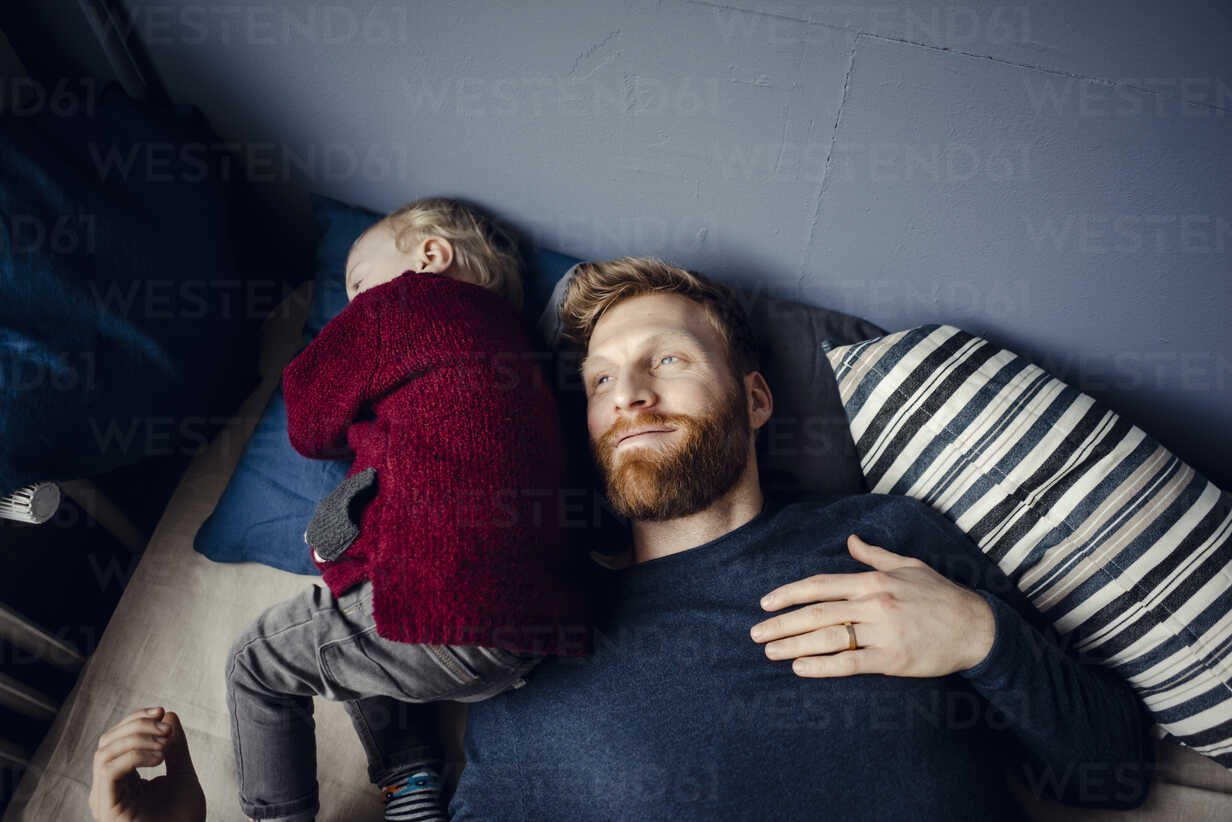 Father spending time with his son at home - KNSF03756 - Kniel Synnatzschke/Westend61