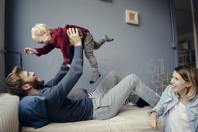 Happy family playing with their son at home - KNSF03762 - Kniel Synnatzschke/Westend61