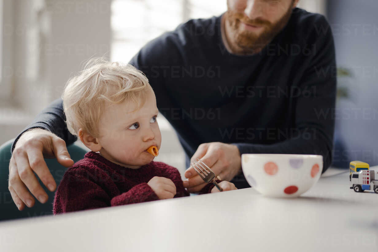 Father feeding his little son with pasta - KNSF03768 - Kniel Synnatzschke/Westend61