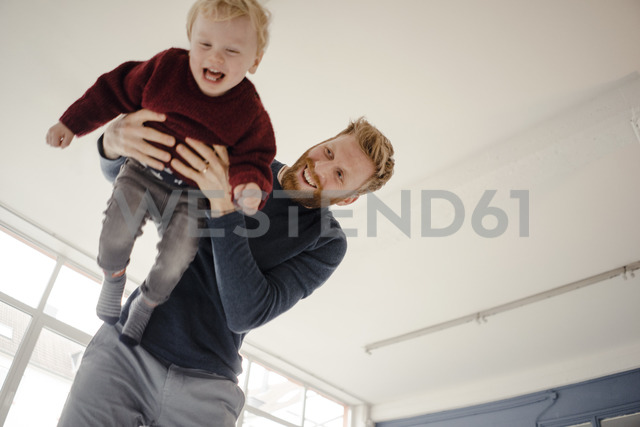 Father and baby son having fun together at home - KNSF03777 - Kniel Synnatzschke/Westend61