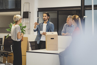 Young businessman discussing with colleagues in new office - MASF00593