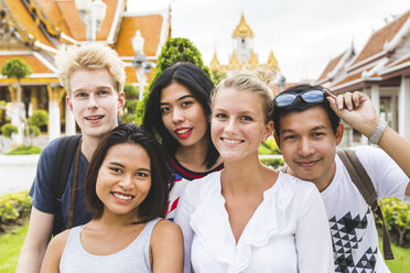 Thailand, Bangkok, group picture of five friends visiting temple complex - WPEF00190