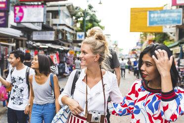 Thailand, Bangkok, Khao San Road, group of friends exploring the city - WPEF00199