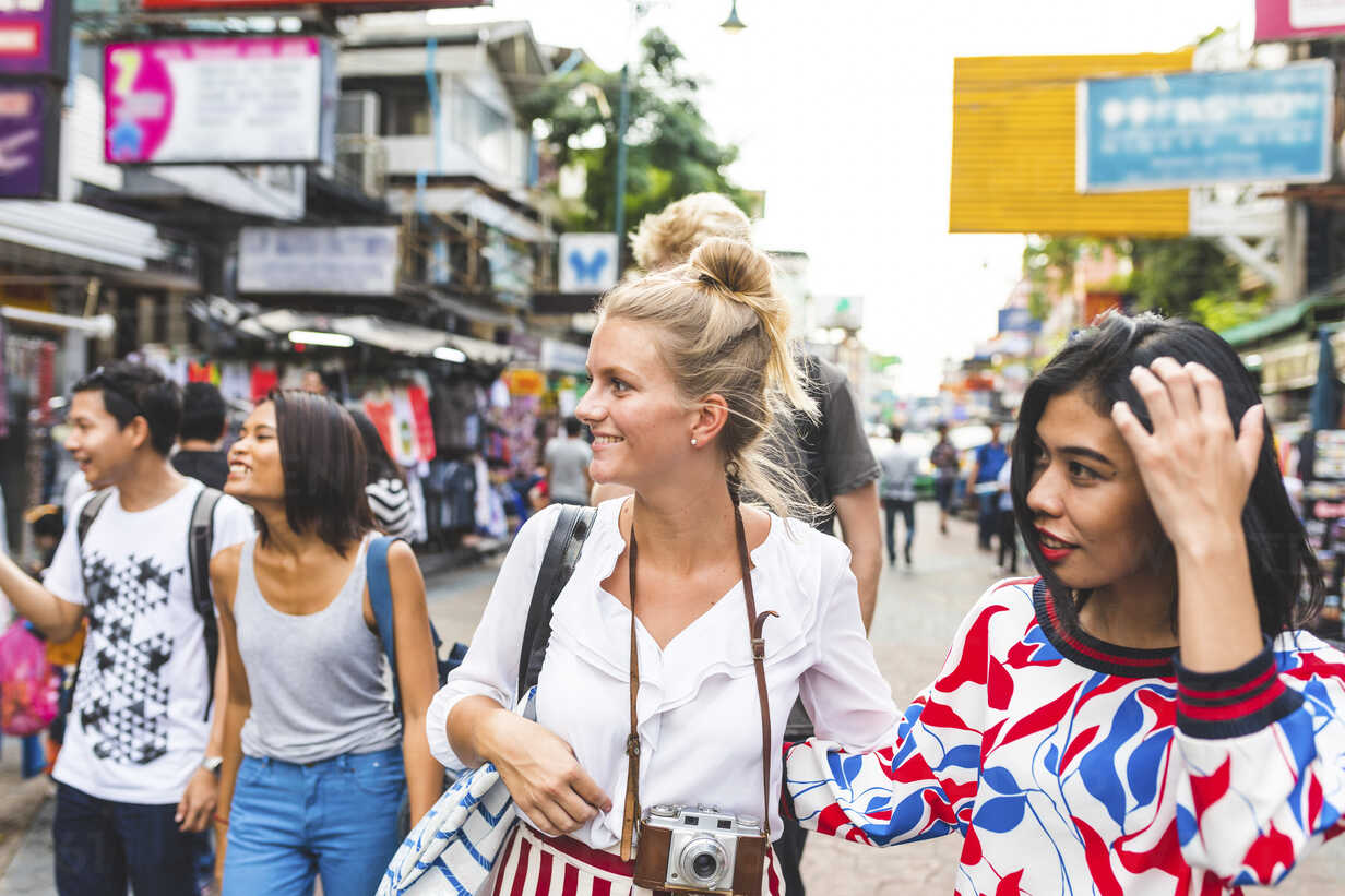 Thailand, Bangkok, Khao San Road, group of friends exploring the city - WPEF00199 - William Perugini/Westend61