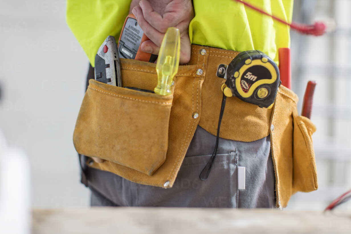Close-up of construction worker with tool belt - ZEF15345 - zerocreatives/Westend61