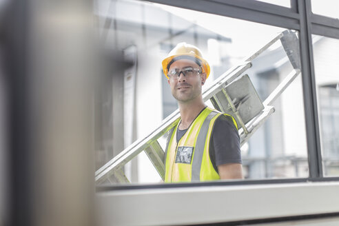 Construction worker carrying ladder - ZEF15354