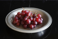 Wet red grapes on plate - JTF00967