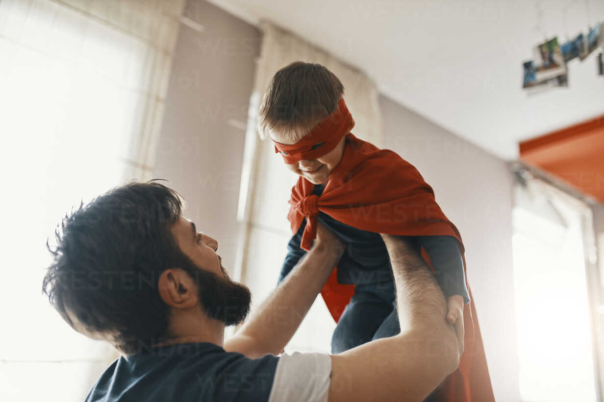 Father playing with his little son dressed up as a superhero - ZEDF01321 - Zeljko Dangubic/Westend61