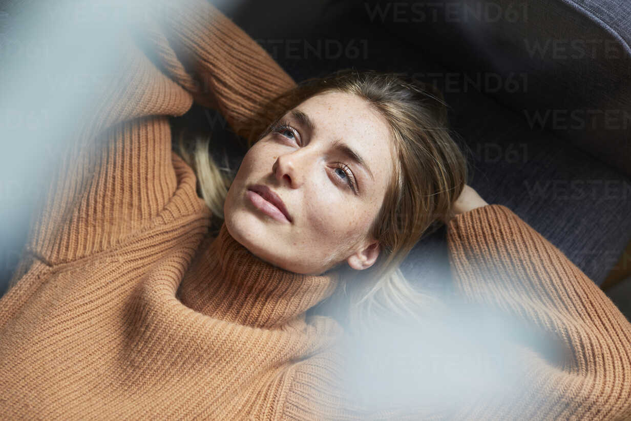 Portrait of woman relaxing on the couch - PNEF00600 - Philipp Nemenz/Westend61