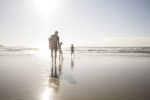Father and children enjoying vacation at beach on sunny day - MASF02541