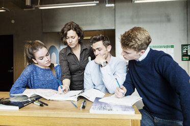 Professor teaching students in classroom - MASF04061