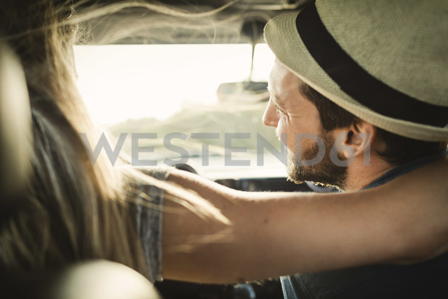 Rear view of affectionate couple on road trip - MASF04097 - Maskot ./Westend61