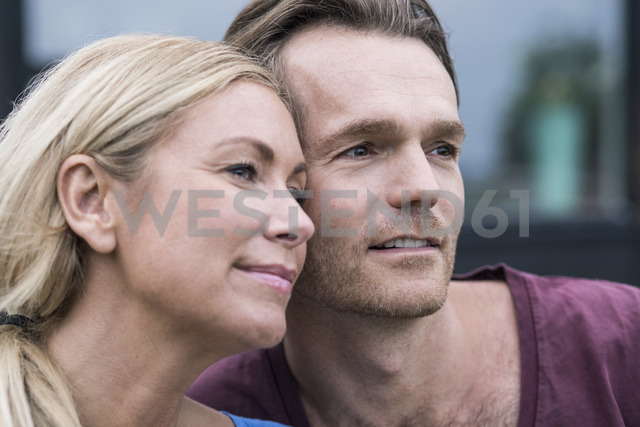 Thoughtful couple looking away outdoors - MASF04516 - Maskot ./Westend61