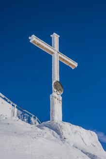 Germany, Bavaria, Allgaeu, Allgaeu Alps, summit cross on Nebelhorn - WGF01176