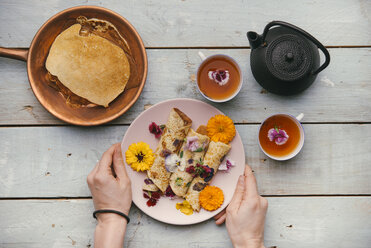 Pancakes with edible flowers for a healthy snack - SKCF00420
