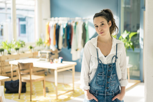 Portrait of fashion designer in her studio - MOEF01007
