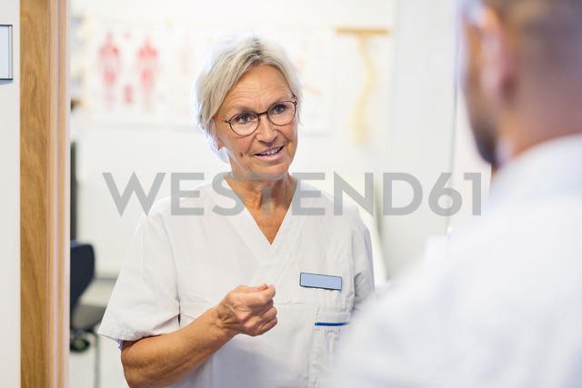 Senior doctor talking to man at orthopedic clinic - MASF04779 - Maskot ./Westend61