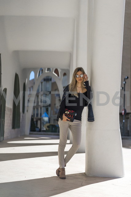 Young woman leaning against column - AFVF00449 - VITTA GALLERY/Westend61