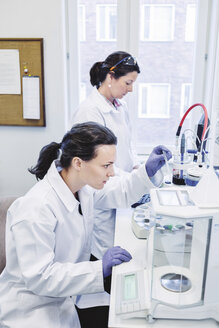 Female scientists working in laboratory - MASF05114
